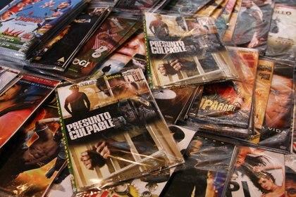 Abundan los puestos de piratería, copias y clones en los mercados callejeros (FOTO: MISAEL VALTIERRA/CUARTOSCURO.COM)