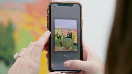 Jelena Cohen usa la aplicación Magnus en su iPhone para escanear pinturas en el Parrish Art Museum en Water Mill, Nueva York (Vincent Tullo para The New York Times)