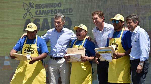 Los ganadores junto a Macri, Santilli y Moccia