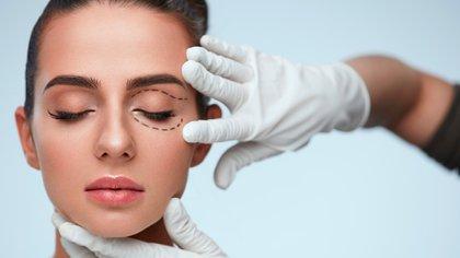 Por el uso del tapabocas aumentaron las consultas de las cirugías de párpados (Shutterstock)