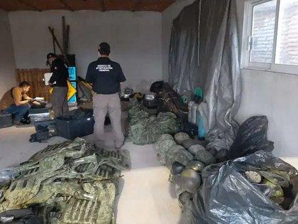 También se anunció que se incautó un revólver, un arma larga, 10 cargadores, 128 cartuchos útiles, una motocicleta, y cuatro vehículos (Foto: Twitter@/Diariodenarco)