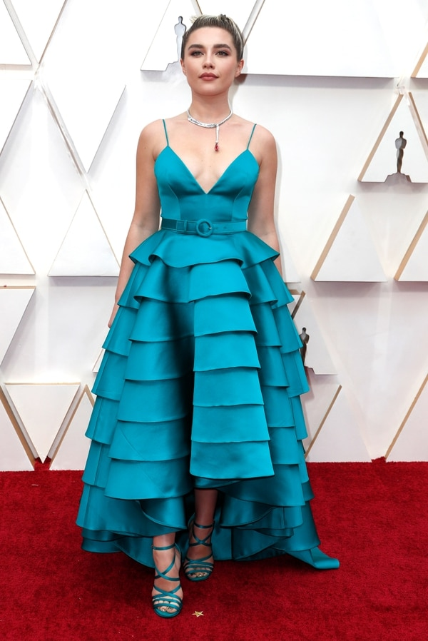 Florence Pugh, la actriz de Mujercitas optó por un total look en turquesa. Un vestido con falda de volados, con corte en la cintura y breteles finitos con bustier que completó con sandalias de varias tiras