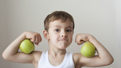 Las guías alimentarias recomiendan consumir cinco porciones diarias de fruta y verdura (iStock)