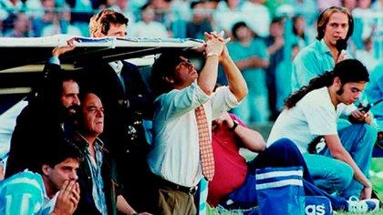 Maradona y Fren, más barbudo, en el banco de Racing