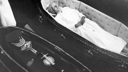 Foto del 7 de diciembre de 1974. El cuerpo de Eva Perón, restituido al país, junto al féretro de su esposo, Juan Domingo Perón, en Olivos. (AP Photo/File)