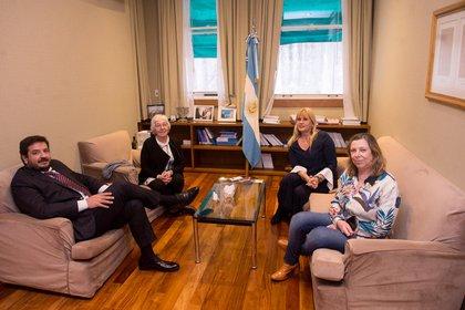 María Laura Garrigós durante la reunión con Marcela Losardo, Juan Martín Mena y Adriana García Netto.