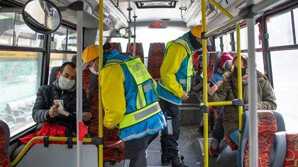 En la FASE 7 prevén revisar el protocolo que obliga  todos los pasajeros a viajar sentados