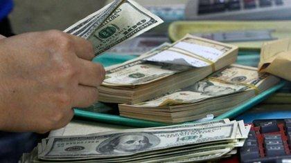 Cajeros en bancos, autoridades y vendedores tienen más contacto diario con las divisas. (Reuters)
