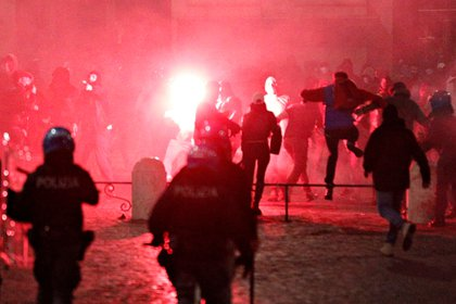 En varias ciudades de Italia se produjeron violentos enfrentamientos entre los manifestantes y la policía (REUTERS/Guglielmo Mangiapane)
