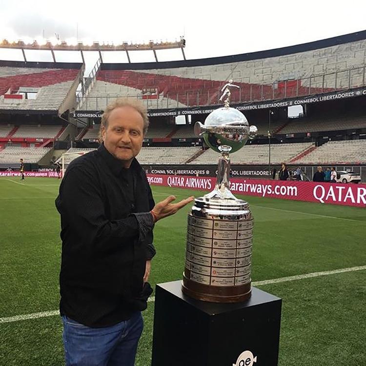 El periodista posa con la Copa Libertadores en la cancha de River (@sergiogendler)