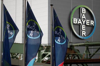 El logo de Bayer AG en una planta de la empresa en Wuppertal, Alemania (REUTERS/Wolfgang Rattay/archivo)