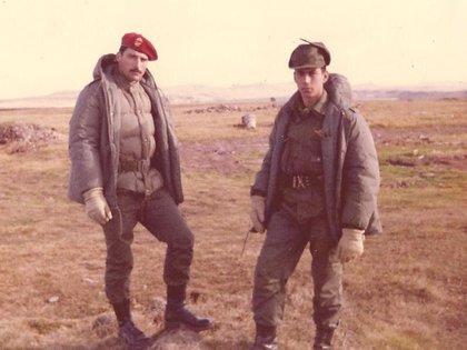 """""""Indio"""" Carlos Alberto Chanampa (a la izquierda) en Malvinas"""
