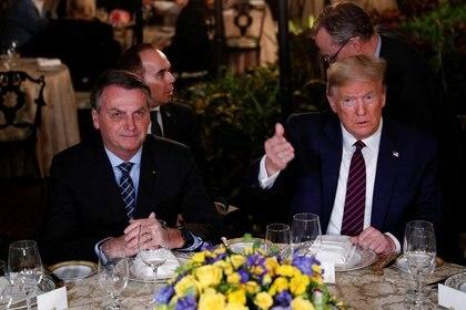 Foto de archivo. El presidente de Estados Unidos, Donald Trump (derecha), participa de una cena de trabajo con el presidente de Brasil, Jair Bolsonaro, en el resort Mar-a-Lago en Palm Beach, Estados Unidos. 7 de marzo de 2020 (REUTERS/Tom Brenner)