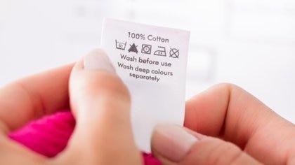 La etiqueta de composición de una prenda se encuentra muchas veces en el interior y en los laterales