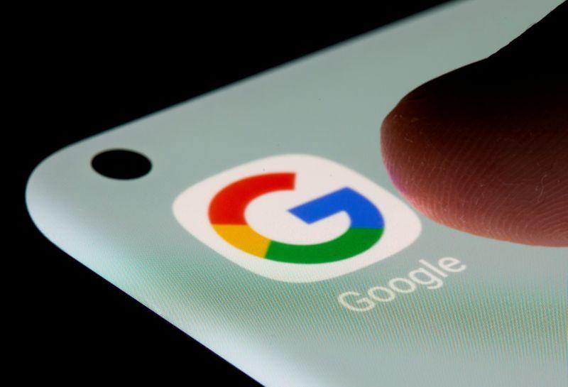 FOTO DE ARCHIVO: La aplicación de Google en un smartphone en esta ilustración tomada el 13 de julio de 2021. REUTERS/Dado Ruvic