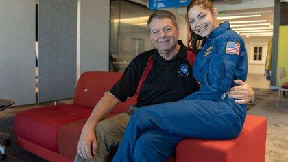 Junto a su padre, Alyssa tiene el apoyo para lograr su ansiado viaje espacial