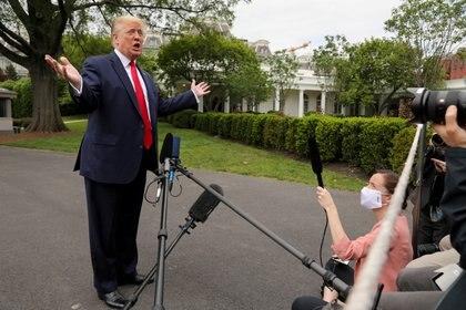 Donald Trump brinda declaraciones a la prensa a las afueras de la Casa Blanca (REUTERS/Jonathan Ernst)