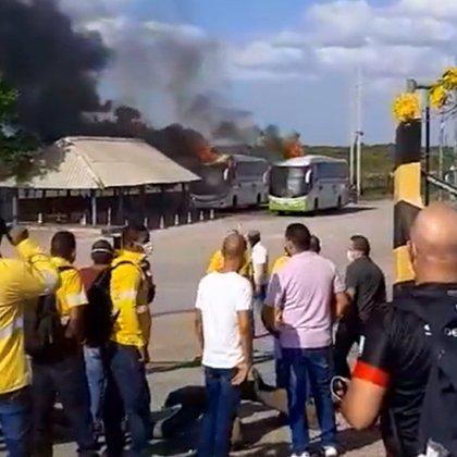 Seis buses de un empresa contratista del Cerrejón fueron quemados en el terminal de transportes de Riohacha. Foto: Twitter Eliana Mejía.