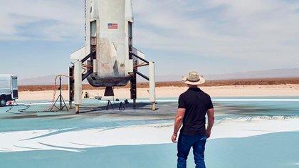 Jeff Bezos inspecciona el cohete ante de su lanzamiento.  (IG: jeffbezos)