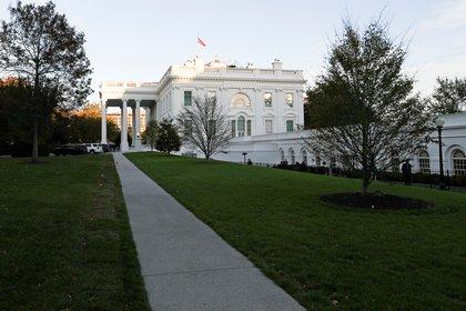 El atardecer se instala fuera de la Casa Blanca el día de las elecciones en Washington el 3 de noviembre de 2020. REUTERS/Tom Brenner