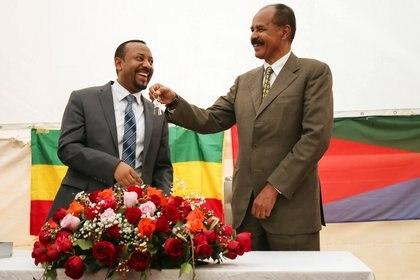 El presidente de Eritrea, Isaias Afwerki, recibe una llave del primer ministro de Etiopía, Abiy Ahmed, durante la ceremonia de inauguración que marca la reapertura de la embajada de Eritrea en Adís Abeba, Etiopía, el 16 de julio de 2018 (REUTERS/Tiksa Negeri/Archivo Foto)