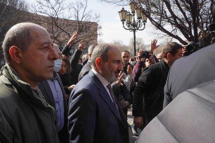 Nikol Pashinyan durante un encuentro con simpatizantes en Erevan este jueves tras su denuncia de un intento de golpe de Estado (REUTERS/Artem Mikryukov)