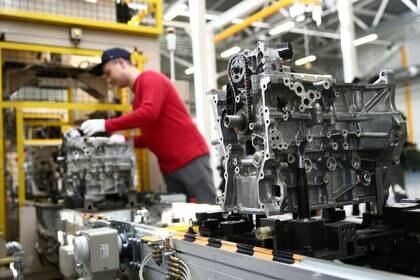 Un trabajador ensambla un motor de automóvil en la línea de producción de una planta de Mazda en Vladivostok. 10 de septiembre de 2018. Valery Sharifulin/TASS Host Photo Agency/Pool via REUTERS