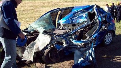 El Peugeot 206, destruido por el accidente. El conductor falleció en el acto; De Melo resultó gravemente herida (Foto: gentileza Diario Noticias de Pehuajó)