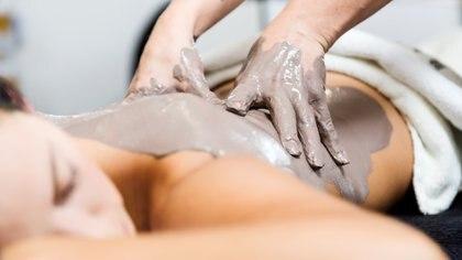 El barro se utiliza sobre todo para la limpieza del cutis, el tratamiento de la celulitis y la flaccidez, así como de enfermedades cutáneas como el acné (Getty Images)
