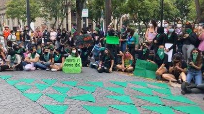 """Las manifestantes renombraron a la Plaza Liberación, frente al Congreso de Jalisco, como """"Plaza de la Liberación de las Mujeres"""" (Foto: Twitter/@MontseNarro)"""