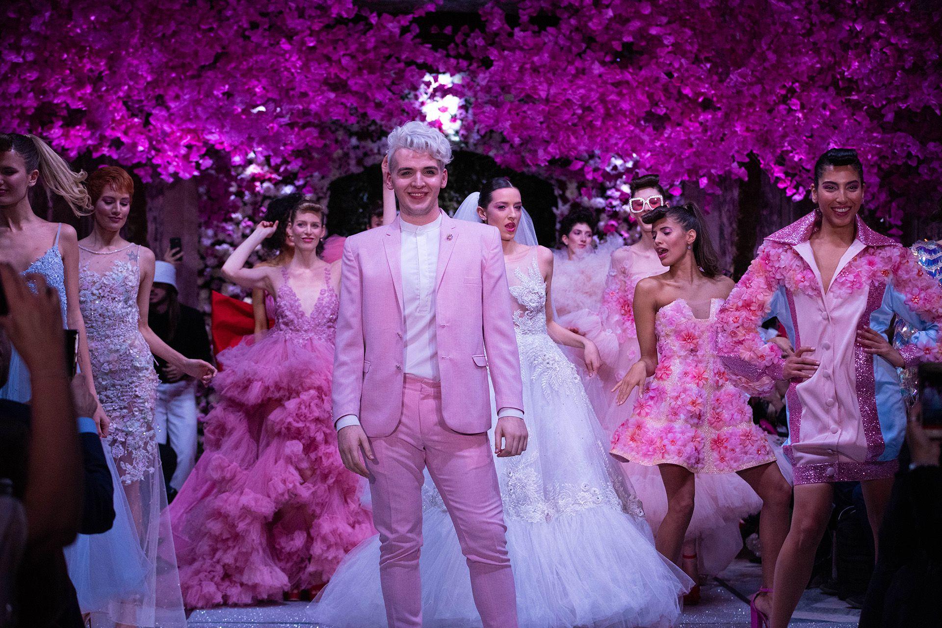 """Jorge Rey, el diseñador de 20 años que conquistó a las celebridades argentinas como Mirtha Legrand y Moria Casán, presentó su nueva colección en el Palacio Paz llamada """"L'amour"""". Su glamoroso y romántico desfile formó parte de la grilla de Argentina Fashion Week"""