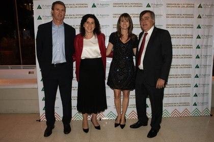 Carola Fratini, regional Head of Commercial Insurance de Zurich, junto a su esposo y Nöel Zemborain