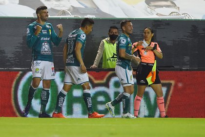 Soccer Football - Liga MX - Final - Second Leg - Leon v Pumas UNAM - Nou Camp Stadium, Leon, Mexico - December 13, 2020 Leon's Emmanuel Gigliotti celebrates scoring their first goal with teammates REUTERS/Omar Martinez