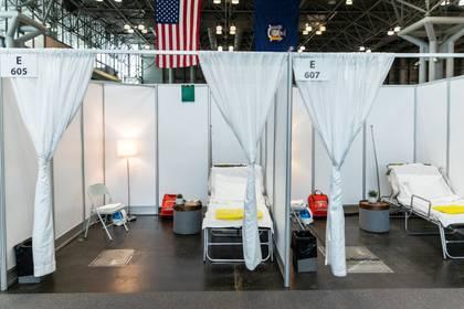 Habitaciones de hospital improvisadas en el Centro de Convenciones Jacob K. Javits, que se convertirá en un hospital para pacientes afectados por el coronavirus, en Manhattan, (REUTERS/Jeenah Moon)