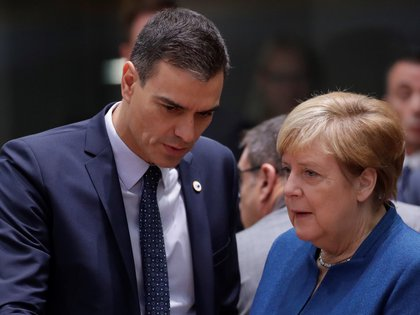 El presidente del Gobierno, Pedro Sánchez y la canciller alemana, Angela Merkel. EFE/Olikvier Hoslet/Archivo