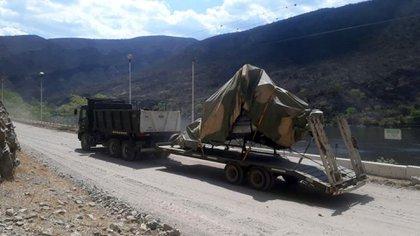 El helicóptero siendo llevado hacia la capital salteños para que los investigadores realizan los peritajes pertinentes