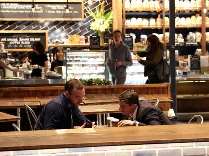 Los clientes se sientan en un café en la primera mañana de alivio de las restricciones en Nueva Gales del Sur (REUTERS/Loren Elliott)