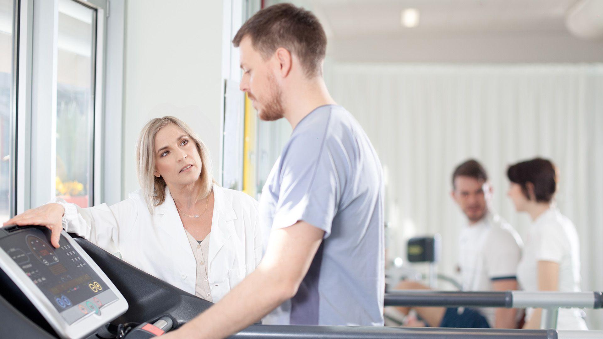 Es recomendable siempre antes de encarar una actividad deportiva la consulta cardiológica, con la realización de un ECG y una ergometría (Shutterstock)