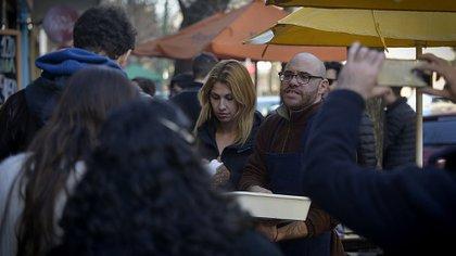 Juan Pablo, dueño de El Chiri, sirviéndole pastrón a los vecinos