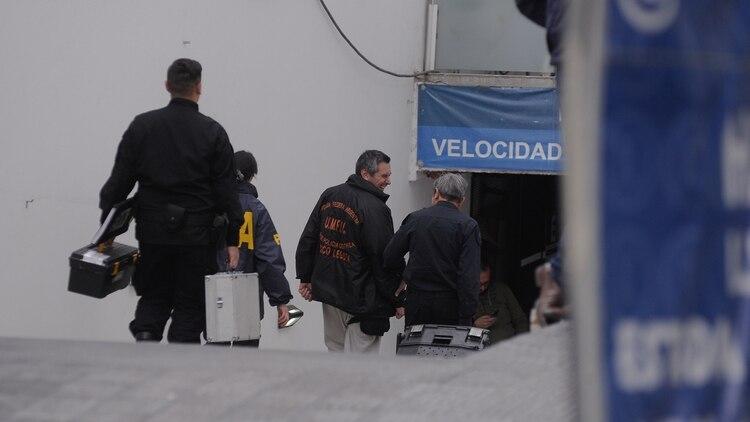 La policía ingresa al estacionamiento donde finalmente se encontró al vehículo (Patricio Murphy)