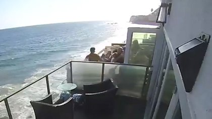 """El aterrador momento en el que un balcón lleno de gente cae al vacío: así fue el """"extraño accidente"""""""