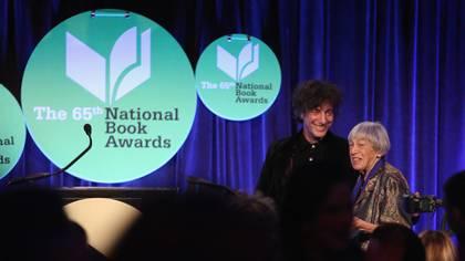 Gaiman y Le Guin en el Nat Book Award en 2014