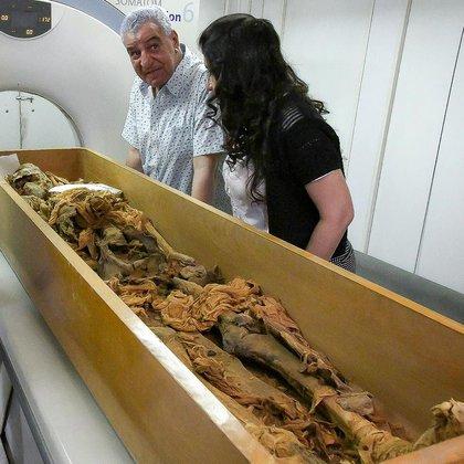 """Los egiptólogos que realizaron el examen forense de Segenenre, James Harris y Kent Weeks, hablaron de un """"olor fétido y aceitoso"""" que llenó la habitación (Foto: EPA)"""