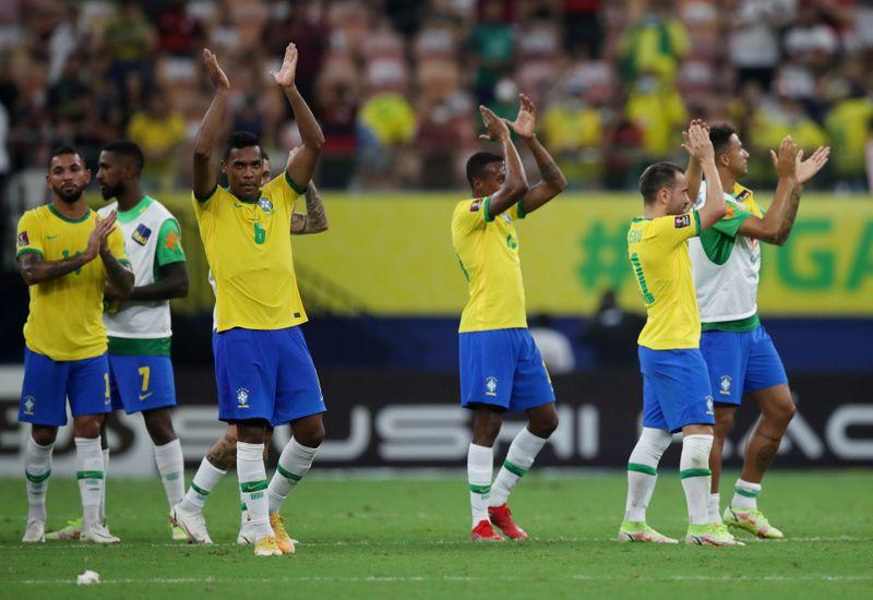 Jugadores de Brasil se despiden de su afición tras vencer a Uruguay en la eliminatoria sudamericana. Estadio Arena de Amazonia, Manaus, Brasil. 14 de octubre de 2021.REUTERS/Ricardo Moraes