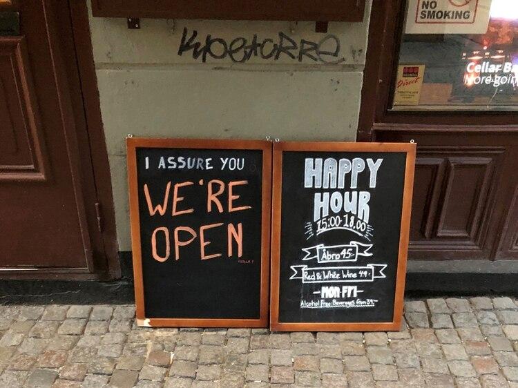 Un cartel avisa que un bar está abierto en Estocolmo, Suecia, el 26 de marzo de 2020. (REUTERS/Colm Fulton/File Photo)
