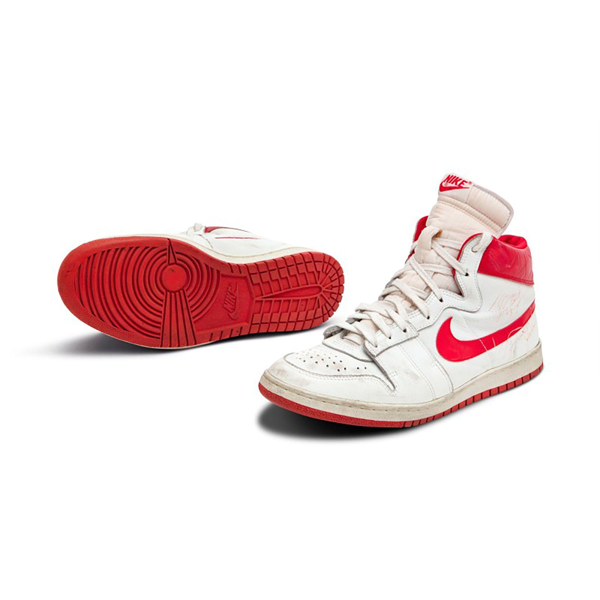 Subastan zapatillas que usó Jordan en su primer año en la NBA