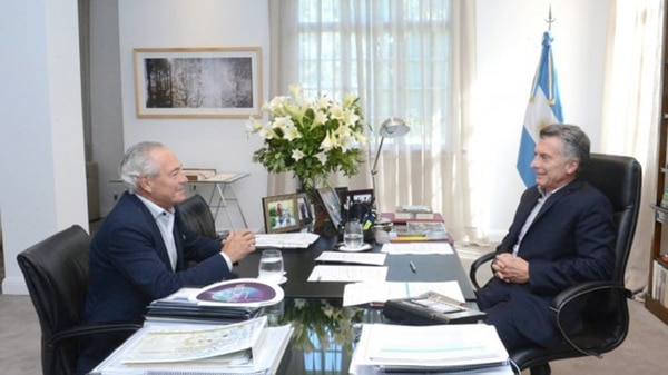 El embajador argentino en Montevideo Mario Barletta, junto al presidente Mauricio Macri.