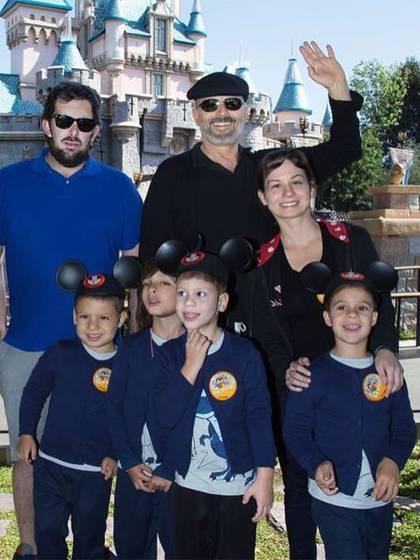 Miguel Bosé con sus cuatro hijos