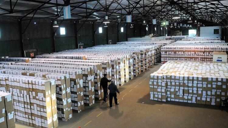 El armado de las urnas en el juzgado electoral de la Provincia de Buenos Aires (foto de archivo: Télam)