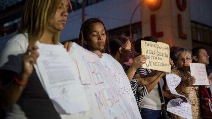 Decenas de venezolanos se colocaron en las afueras del penal (EFE)